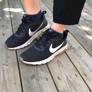 Svarta Nike air  Väl använd men i superfint skick! (Behöver bara torkad av lite ☺️☺️)