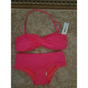 Oanvänd rosa bikini från ginatricot med tags. Överdelen är i strlk M och underdelen i strlk S. Frakt tillkommer max 40:-
