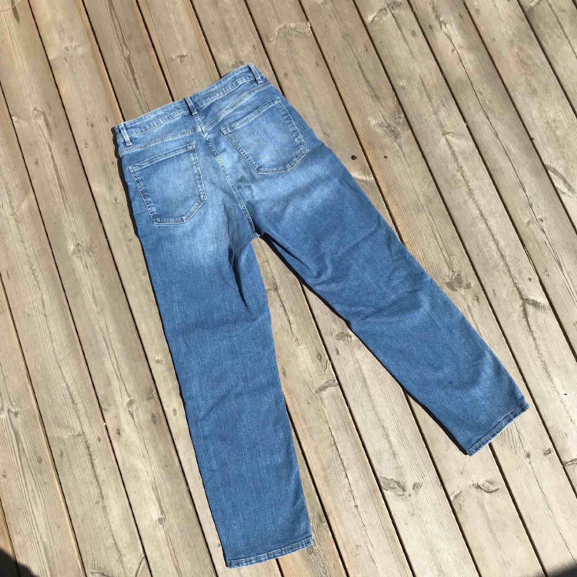 Snygga high waist jeans  Splitternya och helt oanvända! . Jeans & Byxor.