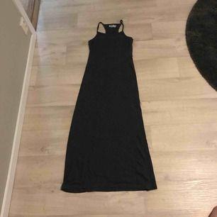 En mörkgrå ganska tight långklänning.Använd max 5 gånger.Köparen står för frakten!🥰