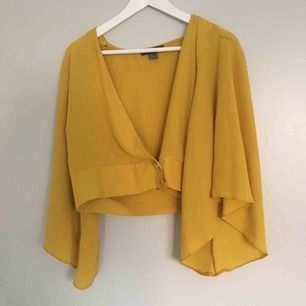 Härlig gul tröja med v ringning och mycket utsvängda ärmar. Fin till sommaren och är i gott skick.