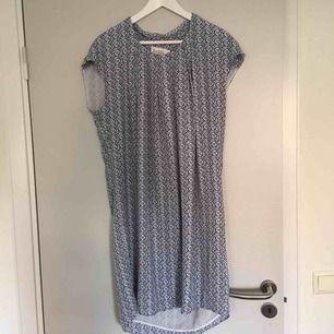 Säljer mammas klänning från bondelid med blått och vitt mönster. Är i mycket bra skick