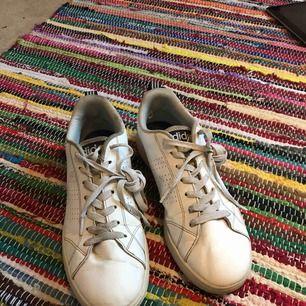 Ett hål vid hälen i den vänstra skon, syns på bild 3. Annas är skorna i bra skick. Köparen står för frakt, men för min och köparens skull så möta jag helst upp. Frakten kan nog bli runt 60-90kr chansar jag på.
