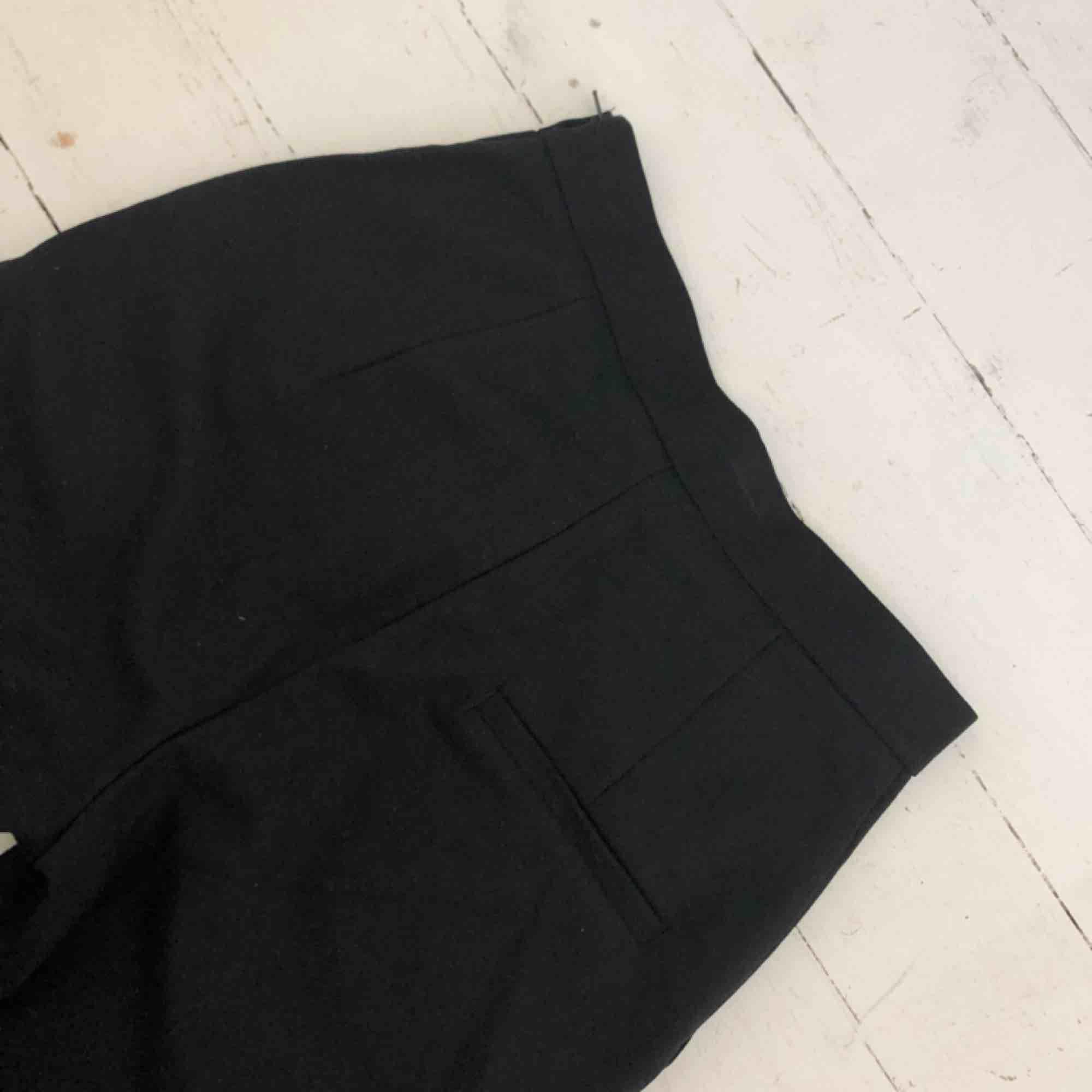 Kostymbyxor från Monki Storlek 34 Använda 1 gång För små för mig. Jeans & Byxor.