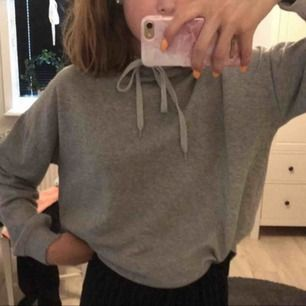 En vanlig grå hoodie från lager 157.Använd max 5 gånger.Den är ganska stor i storleken:).Köparen står för frakten!🥰