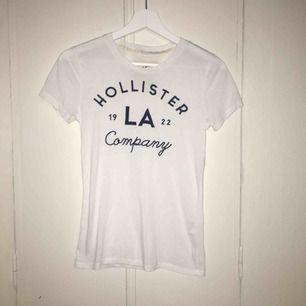 Vit t-shirt med blå text!  Köparen står för frakten!