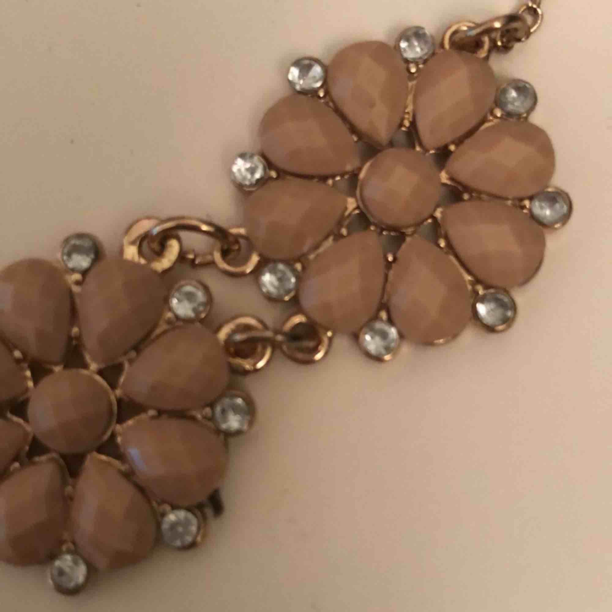 Säljer ett halsband som jag inte använder eller har använt. Kan fraktas men köparen får stå för det. . Accessoarer.