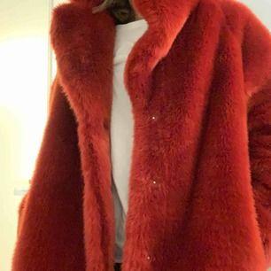 En fuskpäls kappa i fint skick, använd 3 gånger.