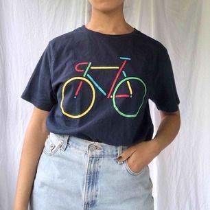 Söt t-shirt med en färgglad cykel☀️ köparen står för frakten (36kr)