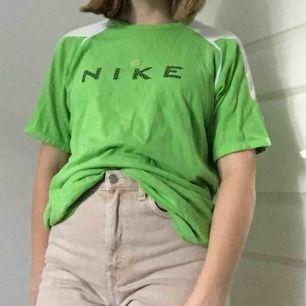 Skitsnygg NIKE tröja köpt secondhand. Säljs då den inte används av mig. Använd ca en gång av mig. Tröjan är XL men sitter även bra på mig som har S/M. Köparen står för frakten!
