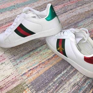 Fake men väldigt ba kvalité av Gucci skorna. Storlek 37,5. Aldrig använda eftersom jag fick den i födelsedag present men i fel storlek.