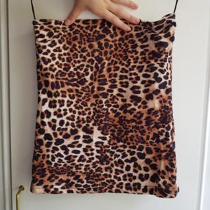 Tub topp/ Strapless top från H&m i leopardmönster Bra skick