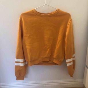 ⭐️ lite fläckig men inget man tänker på ⭐️ jätte skön inuti⭐️ fraktar! ⭐️ den är lite gul/orange