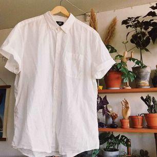 Vit kortärmad skjorta i fint skick som tyvärr inte används tillräckligt mycket. Köparen står för frakt, kan eventuellt mötas upp i Stockholm också!