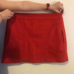 En aldrig använd kjol! Den är röd kjol som har storlek 40 svensk storlek, uk 10, USA 8. Den passar inte mig som har storlek m eller 36/38. Den har riktiga fickor med en dragkedja på baksidan. Den är längre än på bilden