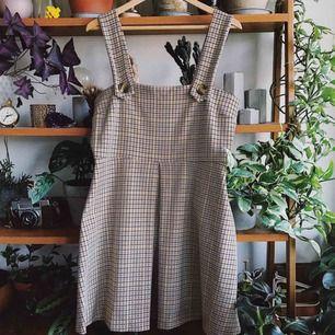 Hängselklänning med fint hundtandsmönster, använd en gång. Köparen står för frakt, kan eventuellt mötas upp i Stockholm också!