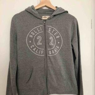 Grå hoodie, sitter lite löst så funkar möljigtvis för M. Tar endast emot swish så skriv innan köp. Frakt ingår.