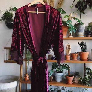 Kimono i lila sammet från Lindex, super skön och använd ca 2 gånger. Köparen står för frakt, kan eventuellt mötas upp i Stockholm också!