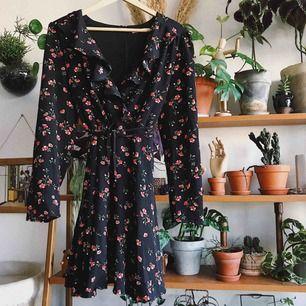 Fin blommig klänning med volangdetaljer! Köparen står för frakt, kan eventuellt mötas upp i Stockholm också!
