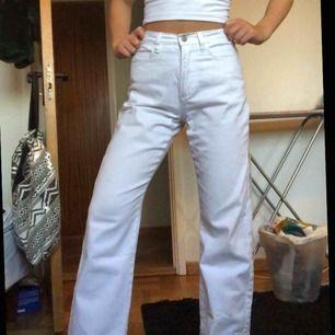 Jättesnygga vita jeans/byxor i storlek 34! Byxan har hög midja och modellen är rak.  Köpta second hand, men säljer på grund av att jag har ett par liknande💗