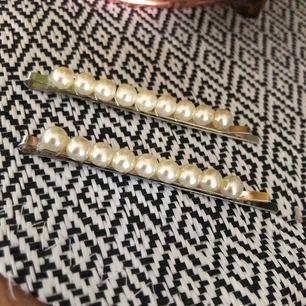 Säljer dessa två snygga hårspännena från H&M. (Aldrig använda) Nypris 60kr, jag säljer för 30kr.