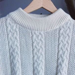 Vintage stickad vit tröja! Köparen står för frakt, kan eventuellt mötas upp i Stockholm också!