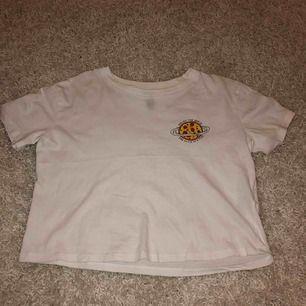 Kortärmad tröja från h&m med detalj. En fläck vid storleks lappen men inget som syns tydligt. Aldrig använd. Köparen står för frakt.