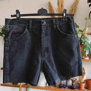 Avklippta svarta vintage jeansshorts, aldrig använda av mig. Köparen står för frakt, kan eventuellt mötas upp i Stockholm också!