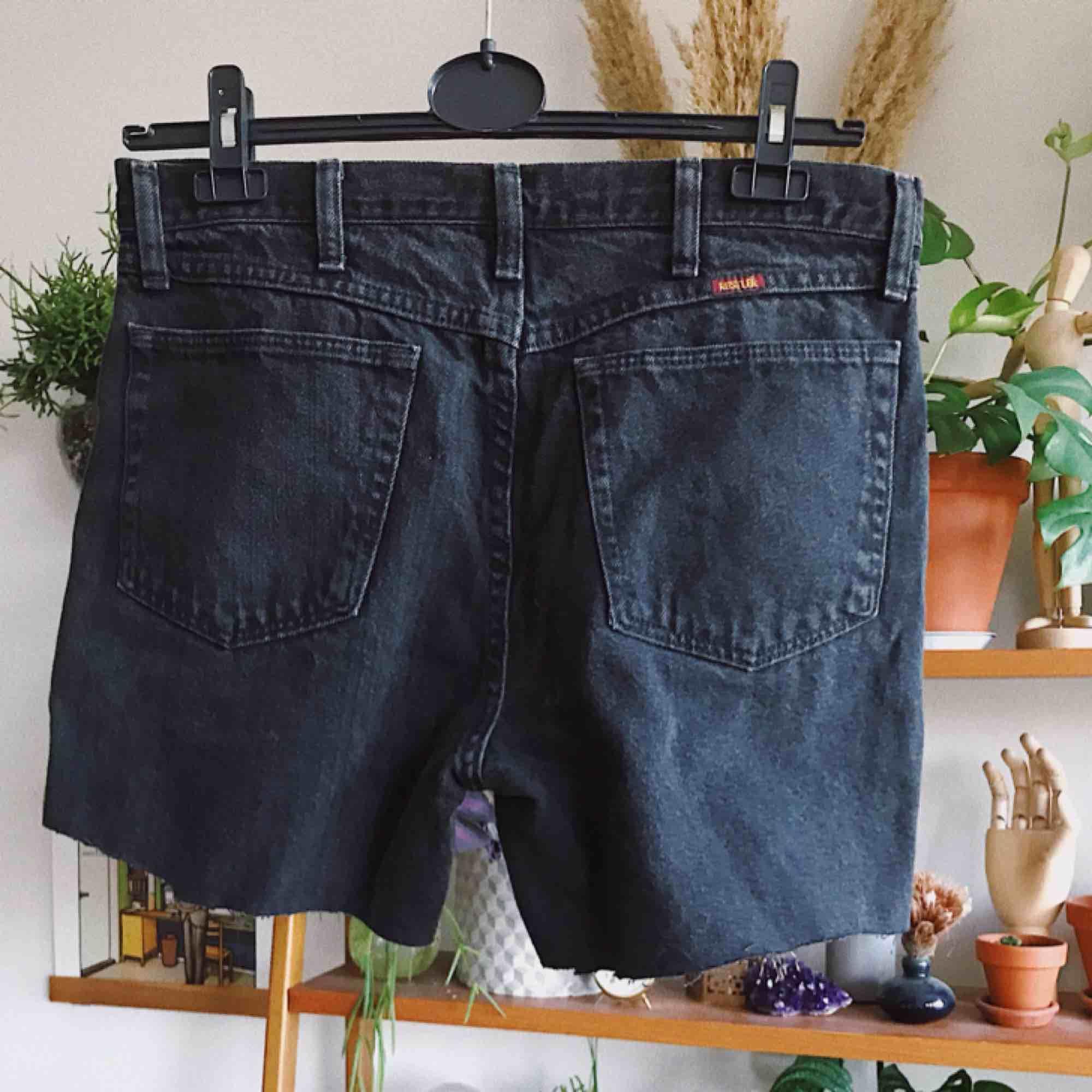 Avklippta svarta vintage jeansshorts, aldrig använda av mig. Köparen står för frakt, kan eventuellt mötas upp i Stockholm också!. Shorts.