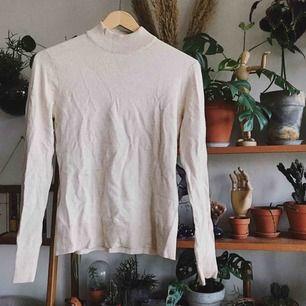Finstickad beige tröja, såå mjuk och skön! Använd en gång. Köparen står för frakt, kan eventuellt mötas upp i Stockholm också!