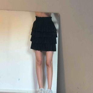 svart kjol med resår vid midjan, tillkommer frakt💫