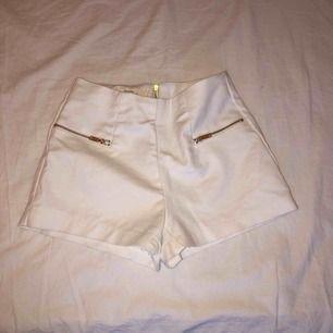 Vita shorts men guldiga dragkedjor. Köparen står för frakt, kontakta mig för mer information.