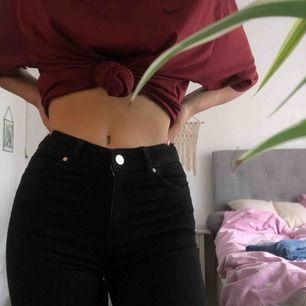 Svarta bootcut jeans från BikBok, säljer då det inte är min stil längre 🥺💞 Sitter så fint och är väldigt stretchiga. 100kr + frakt
