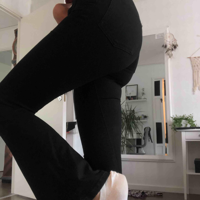 *UPPTAGNA FRAM TILL 26 JUNI* Svarta bootcut jeans från BikBok, säljer då det inte är min stil längre 🥺💞 Sitter så fint och är väldigt stretchiga. 100kr + frakt. Jeans & Byxor.