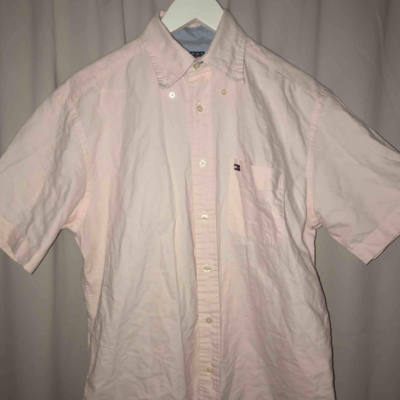 knappt använd rosa skjorta från Tommy Hilfiger, frakt tillkommer!. Skjortor.