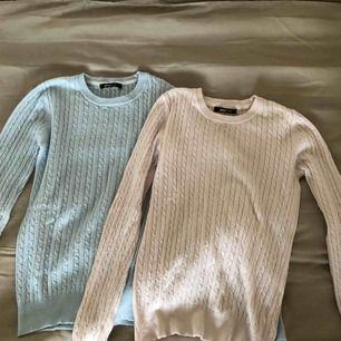 Kabelstickade tröjor. Kostar 25kr/styck eller 40 kr för båda. Tar bara emot Swish. Frakt tillkommer (ca 40 kr).