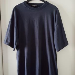 Vintage svart t-shirt i storlek XL. Snyggt oversize tycker jag. Kan skickas om köparen står för frakten.