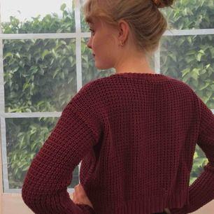 Supersöt kort stickad tröja från Bik Bok🌹 Fraktar helst tillsammans med något annat, så kolla mina andra annonser🥳 Fraktpriset tillkommer💌