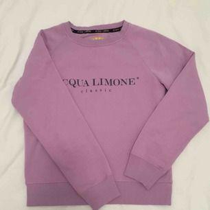 Lila Acqua limone tröja helt i nyskick. Säljes pga förliten. Prutat och klart. Köparen står för frakten.