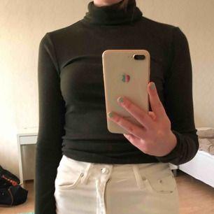 Mörkgrön turtle-neck tröja från H&M. Skriv innan köp då jag endast tar emot Swish. Frakt ingår