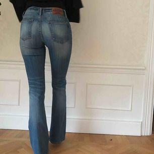 Snygga jeans från crocker med ett hål på ena knät