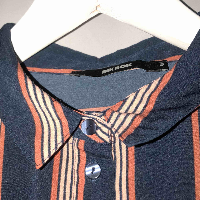 randig skjorta, tillkommer frakt🤩. Skjortor.