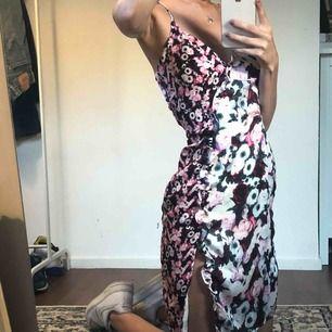 SUPERfin blommig klänning som jag aldrig använt så i helt nytt skick! tillkommer frakt 🌸🌺🌺