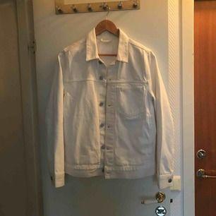 Säljer en vit jeansjacka från Weekday som är använd en gång. Storleken är XS men sitter som S. Nypris är 600kr och säljer för 400kr.  Säljer på grund av att den är för liten för mig.