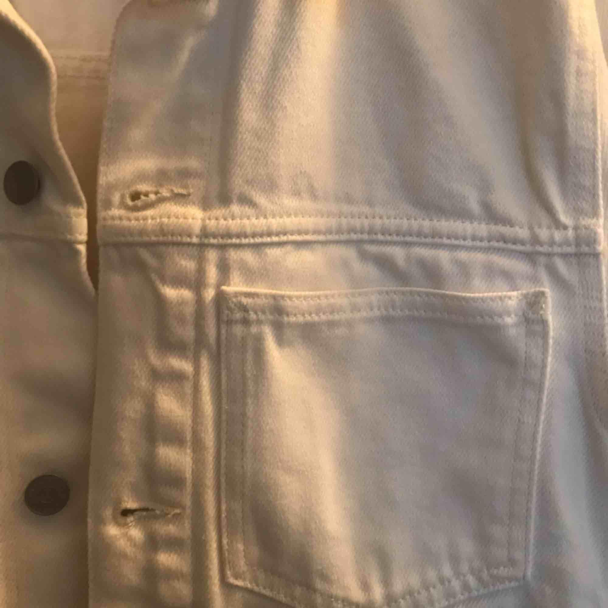 Säljer en vit jeansjacka från Weekday som är använd en gång. Storleken är XS men sitter som S. Nypris är 600kr och säljer för 200kr. Säljer på grund av att den är för liten för mig.. Jackor.