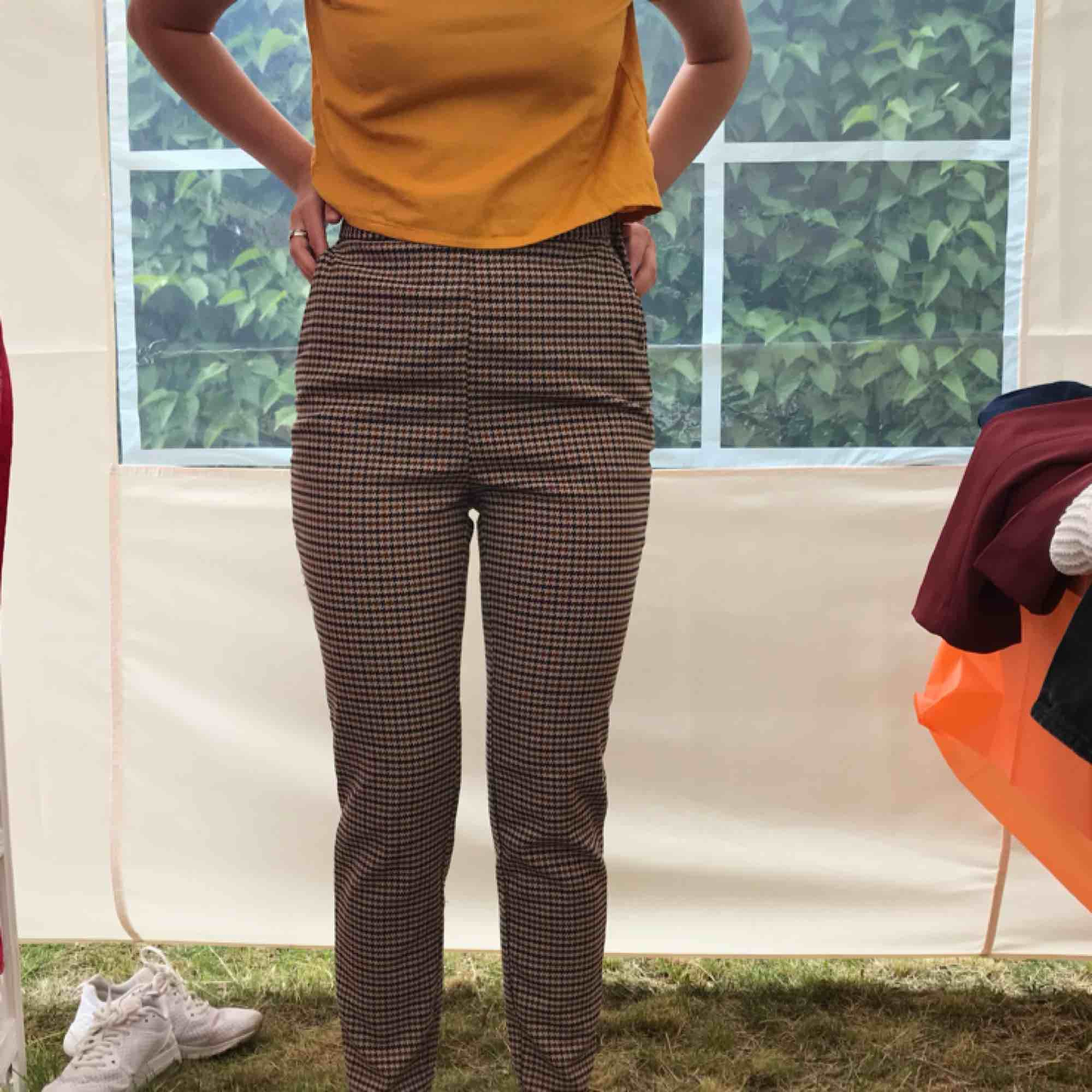 Ej märkbart använda kostym-ish byxor från Monki! 🧡 Lite old school-aktiga och riktigt snygga! Sitter som en smäck🍑 Fraktar helst tillsammans med något annat, så kolla mina andra annonser🌹 Fraktpriset tillkommer💌. Jeans & Byxor.