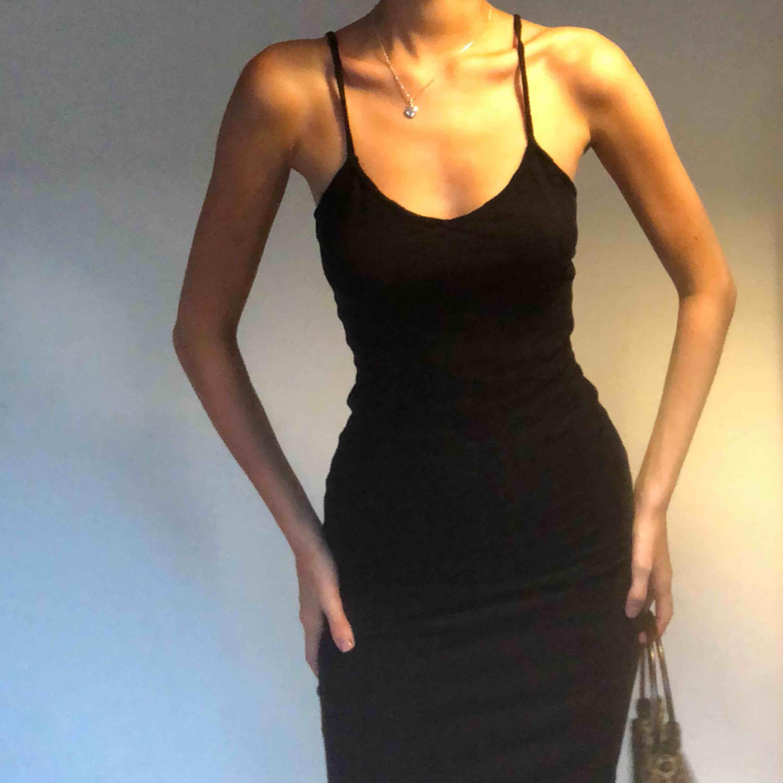 tajt & stretchig klänning med v-ringning!! frakten står köparen för✨✨. Klänningar.
