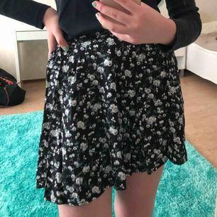 Söt och somrig kjol från BikBok. Tar bara emot Swish så skriv innan köp. Frakt ingår