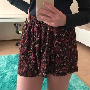 Somriga shorts från BikBok (ser däremot ut som en kjol). Tar endast emot swish så skriv innan köp + frakt tillkommer.