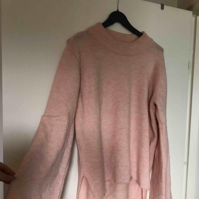 Stickad rosa tröja med klockade ärmar. Använd vid ett tillfälle . Tröjor & Koftor.